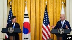 Tổng thống Joe Biden phát biểu trong một cuộc họp báo chung với Tổng thống Hàn Quốc Moon Jae-in, trong Phòng Đông của Nhà Trắng, ngày 21 tháng 5, 2021, ở Washington.