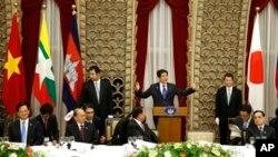 日本與湄公河五國在東京舉行鋒會,日本首相安倍晉三(中)在會上講話。