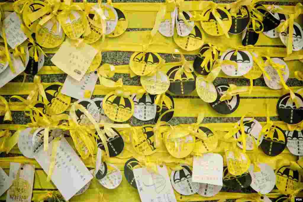 占中运动的象征包括雨伞和黄丝带 (美国之音方正拍摄)