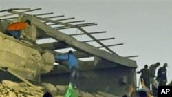 Edíficio em escombros depois do bombardeamento aéreo da NATO esta Segunda-feira na Líbia