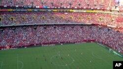 Dîmenek ji maça FC Barcelona û Manchester United ku 81.000 hezkirîyên futbolê lê amade bibûn. Washington, Tîrmeh 30, 2011
