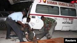 Cảnh sát Somalia di chuyển một nạn nhân từ một vụ đánh bom tự sát tại nhà hàng Village ở Mogadishu, 20/9/2012