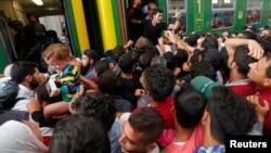 3일 헝가리 부다페스트 기차역에서 난민들이 경찰 철수 후 기차역 안으로 진입했다. 그러나 열차 운행은 여전히 중단된 상태이다.