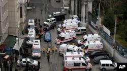 土耳其安全官员和救护车赶到伊斯坦布尔的爆炸现场。(2016年3月19日)