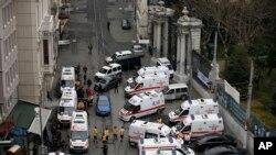 پرسنل امنیتی و بهداشتی در صحنه انفجار حاضر شده اند. 19 مارس - خیابان استقلال استانبول