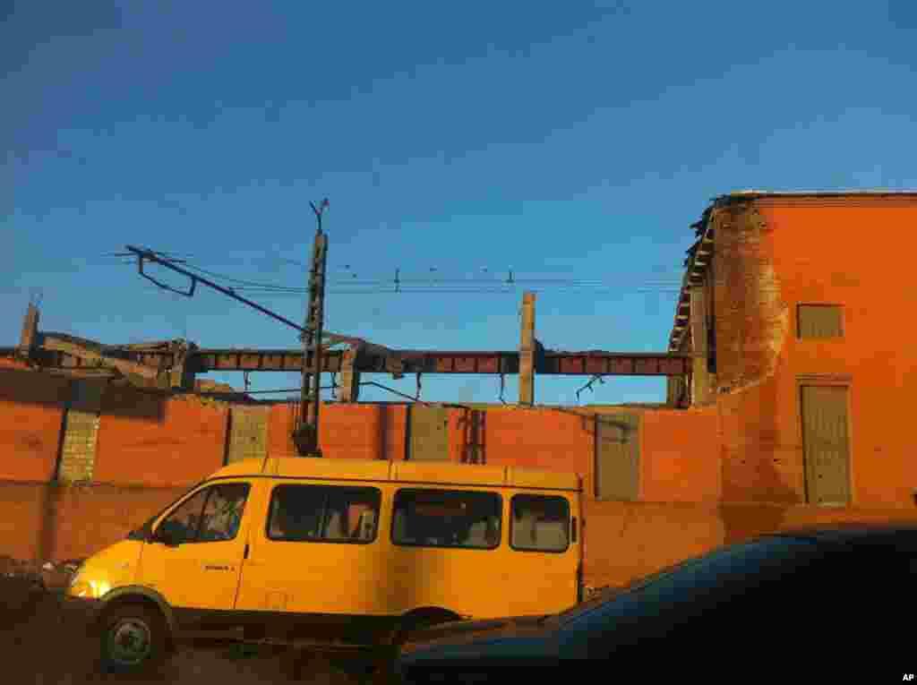 15일 운석 낙하 충격으로 600 평방미터 크기의 지붕이 부서진 아연 공장.