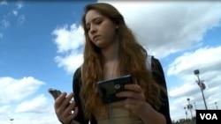 Une jeune fille avec un téléphone portable (photo d'illustration).