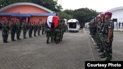 Upacara penghormatan terhadap tiga jenazah prajurit TNI di Timika, Papua, sebelum dipulangkan ke kampung halamannya hari Jumat (8/3). (Courtesy: Kapendam Cendrawasih).
