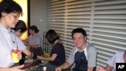 台湾民众在中秋节烤肉赏月