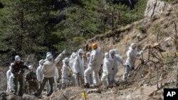 Para petugas keselamatan darurat Perancis di antara puing-puing pesawat penumpang Germanwings dekat Seyne-les-Alpes, Perancis (3/4).