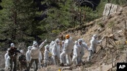 Tim SAR darurat Perancis bekerja di antara puing-puing pesawat Germanwings di lokasi jatuhnya pesawat di dekat Seyne-les-Alpes, Perancis, 3 April 2015.