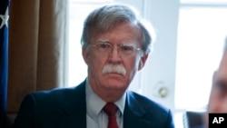 លោក John Bolton ទីប្រឹក្សាសន្តិសុខជាតិស្តាប់លោកប្រធានាធិបតី ដូណាល់ ត្រាំ ថ្លែងនៅក្នុងកិច្ចប្រជុំគណៈរដ្ឋមន្ត្រី នៅសេតវិមាន រដ្ឋធានីវ៉ាស៊ីនតោន កាលពីថ្ងៃទី៩ ខែមេសា ឆ្នាំ២០១៨។