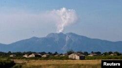 11일 인도네시아 로카텐다 화산에서 화산재와 연기가 뿜어나오고 있다.