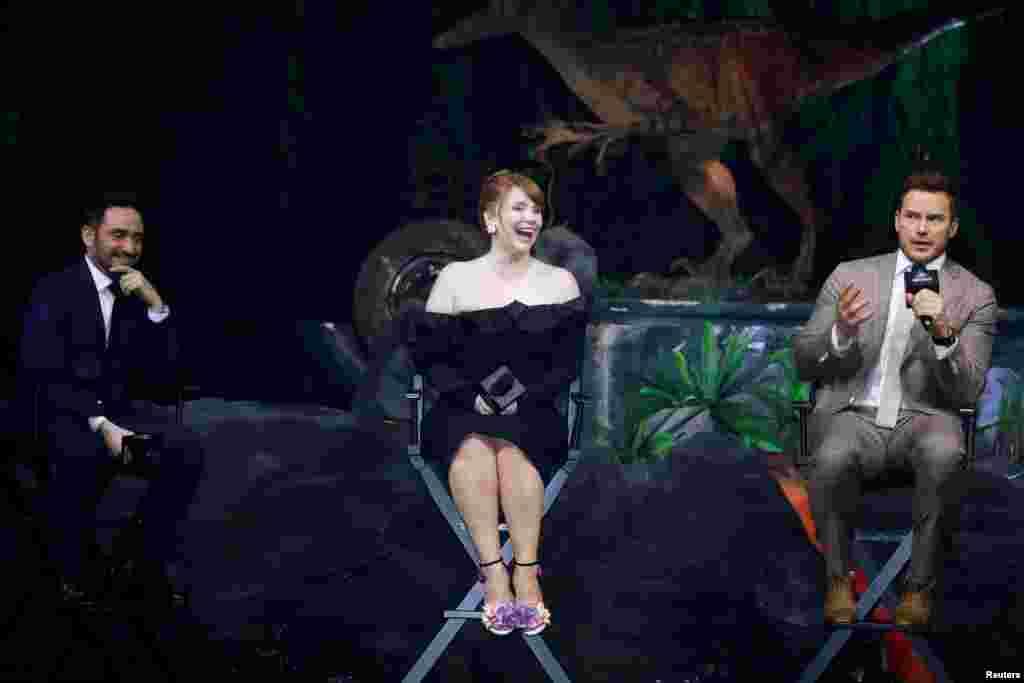 在上海举办的美国影片《侏罗纪世界2》的新闻发布会上,导演巴约纳和演员布莱斯·达拉斯·霍华德和克里斯·普拉特(2018年5月30日)。《侏罗纪世界2》于2018年6月15日端午节前上映,领先北美一周登陆中国内地各大院线。
