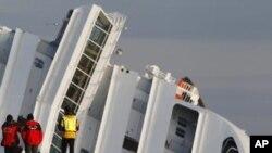 """意大利救援人員星期三暫停意大利郵輪""""歌詩達協和號""""的救援工作﹐這艘郵輪出現了輕微的移動。"""
