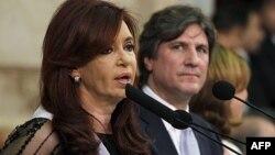 El vicepresidente argentino, Amado Boudou, observa a la Cristina Fernández en una foto de archivo de 2011.