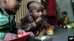 지난 2012년 1월 인도 뭄바이에서 영양실조 상태의 어린이들이 구호단체가 지원한 식사를 하고 있다.