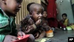 Неисхранети деца, згрижени во Центар за гладни во Мумбај, Индија.