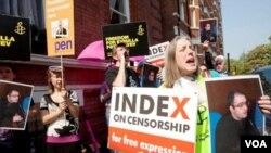 Rebeka Vinsent Londonda jurnalist Eynulla Fətullayevin müdafiəsi ilə bağlı aksiyada