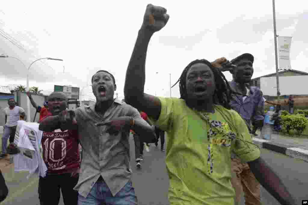 Kungiyar kwadago ta TUC da 'ya'yan kungiyoyin al'umma a Lagos suna zanga-zanga a daidai lokacin da suke wuce wani gidan mai dake dauke da sabon farashin man, a Lagos, Najeriya, Laraba 18 Mayu, 2016.