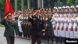 Tham mưu trưởng Liên Quân Hoa Kỳ Martin Dempsey duyệt hàng quân danh dự cùng Tướng Đỗ Bá Tỵ trong buổi lễ chào đón tại Bộ Quốc phòng ở Hà Nội, ngày 14/8/2014.