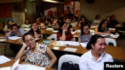 Filipino workers, including nurses applying to work in the U.K., attend a lecture on the IELTS test in Manila, Philippines, April 2, 2019. (REUTERS/Eloisa Lopez)