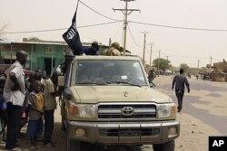 Combattants islamistes enseignant l'observation de la charia à Tombouctou, au Mali (14 avril 2012)