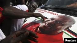 加納總統約翰.德拉馬尼.馬哈馬贏得大選﹐他的支持者手持馬哈馬在街頭慶祝
