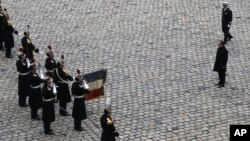 프랑스 정부는 파리 연쇄 테러 발생 2주째를 맞은 27일 희생들을 애도하는 추도식을 거행했다.