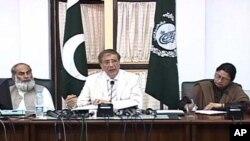 سیکرٹری الیکشن کمیشن صحافیوں کو تفصیلات سے آگاہ کررہے ہیں