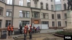 莫斯科的市政工人中許多都是外來移民。幾名市政工人今年夏季在莫斯科市中心整修街道 (美國之音白樺)