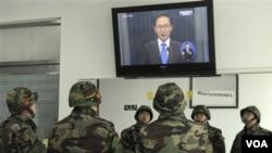 Marinir Korea Selatan menonton pidato Presiden Korsel Lee Myung-bak tentang serangan Korut.