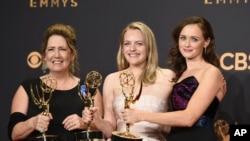 De gauche à droite : Ann Dowd, Elisabeth Moss, et Alexis Bledel aux 69e Emmy Awards, à Los Angeles, le 17 septembre 2017.
