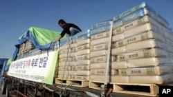 한국 민간단체의 대북 밀가루 지원을 위해 북한으로 향하는 차량 (자료사진)