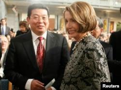 2010年12月10日,美国众议院议长佩洛西和中国民运人士杨建立在挪威奥斯陆参加诺贝尔和平奖典礼。