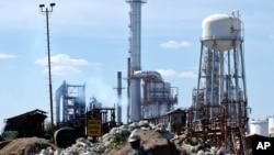 Un travailleur se promène dans la raffinerie de Salamanca le 5 mars 2004.