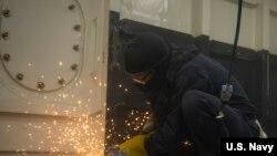 美国一间海军造船厂的焊工在工作(美国海军2020年1月30日)