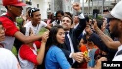 Rafael Lacava, celebrando su elección como gobernador de Carabobo.