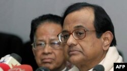 Bộ trưởng Chidambaram (phải) nói nhân viên điều tra chưa đưa ra kết luận, nhưng các chỉ dấu cho thấy 1 tổ chức Ấn Độ đã nhúng tay vào