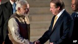 PM India yang baru Narendra Modi (kiri) berjabat tangan dengan mitranya PM Pakistani Nawaz Sharif saat acara pelantikan PM India itu di New Delhi, India, 26/5/2014.
