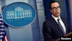 스티브 므누신 미국 재무장관이 지난 11일 백악관 뉴스브리핑룸에서 터키 정부 제재와 관련하여 발언하고 있다.