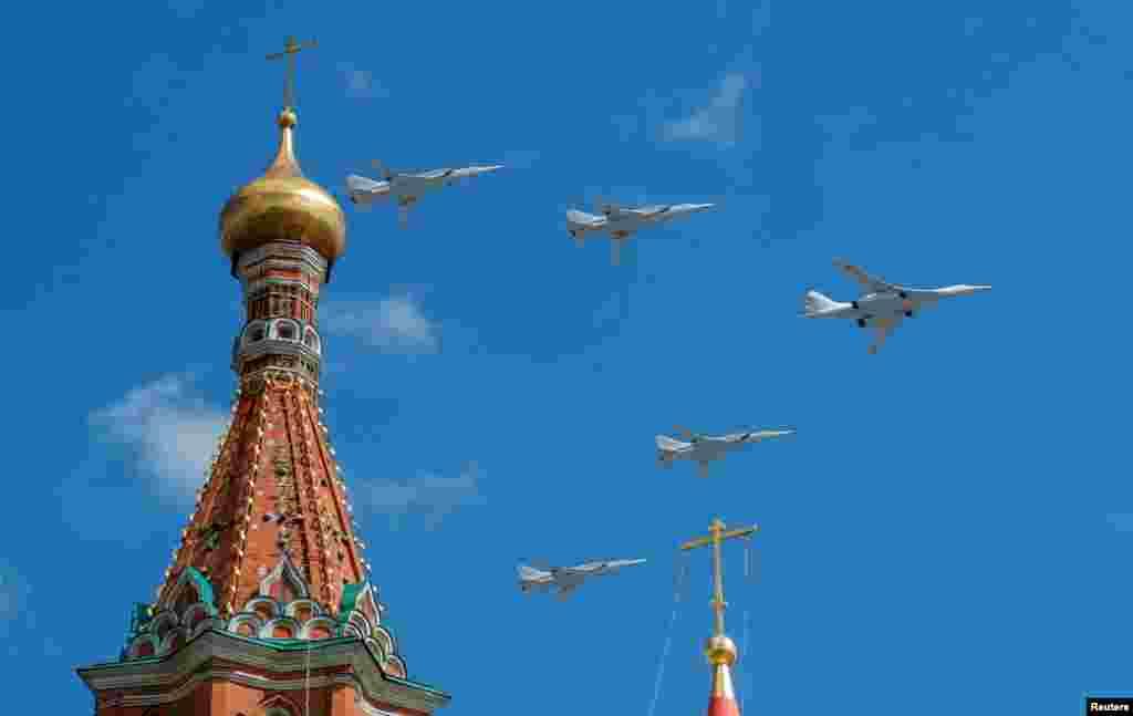 هواپیماهای روسی در آستانه «روز پیروزی» در مسکو بر فراز کرملین مانور می دهند. هفته اول ماه مه، در اروپا برای سالروز شکست نیروهای ارتش آلمان نازی جشن گرفته می شود.
