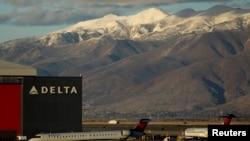 Un vuelo de Delta Airlines llega a Salt Lake City, Utah, EE. UU. Foto de archivo.