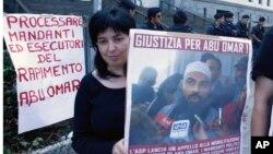 """""""Justice pour Abu Omar"""" scandent des manifestants devant la cour de Milan le 23 septembre 2009."""