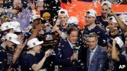 8일 버지니아 미니애폴리스에서 열린 NCAA(미국대학체육협회) 남자농구 결승전에서 버지니아대가 텍사스공대를 상대로 승리한 후 버지니아대 감독과 선수들이 환호하고 있다.