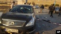 ایرانی جوہری سائنس دان محسن فخری زادے کی گولیوں سے چھلنی کار کے قریب سے سیکیورٹی اہل کار شواہد اکھٹے کر رہے ہیں۔ 27 نومبر 2020