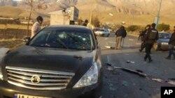 Na fotografiji koju je objavila poluzvanična novinska agencija Fars vidi se automobil u kome je ubijen Mohsen Farizadeh u Absardu, gradiću istočno od Teherana, 27. novembra 2020. (Foto: AP/Fars News Agency)