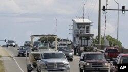 Machin ki t ap travèse pon Wrightsville Beach, nan Kawolin di Nò, kote moun yo t ap kouri kite rejyon an anvan Siklòn Florans rive sou yo. (Foto: AP Photo/Chuck Burton -- Madi 11 septanm 2018).