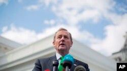 El primer ministro irlandes, Enda Kenny, habla con miembros de los medios de comunicación fuera del ala oeste de la Casa Blanca en Washington, el jueves 16 de marzo de 2017, después de su reunión con el presidente Donald Trump.