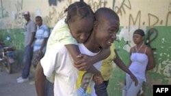 1 người đàn ông đưa 1 cô bé có các triệu chứng của bệnh tả vào bệnh viện St Catherine trong khu phố Cite Soleil ở Port-au-Prince, 11/11/2010